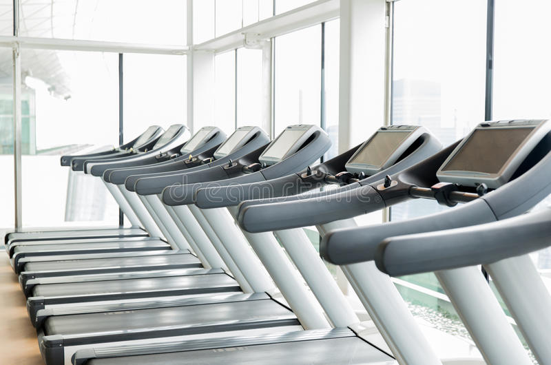 Treadmills στη γυμναστική στοκ φωτογραφίες