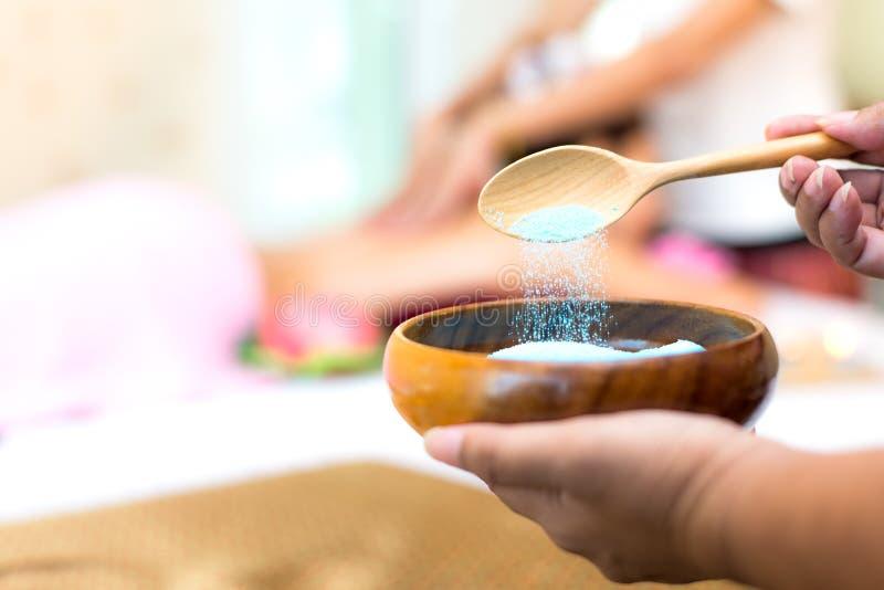 Treatment spa en de schoonheid van massagemensen voor gezonde levensstijl en ontspanning Sluit omhoog van zoute massage schrobben stock afbeeldingen
