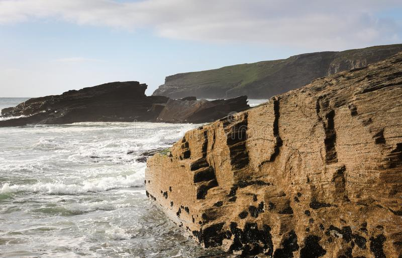 Trebarwith - kust- sikt - III - Cornwall arkivbilder