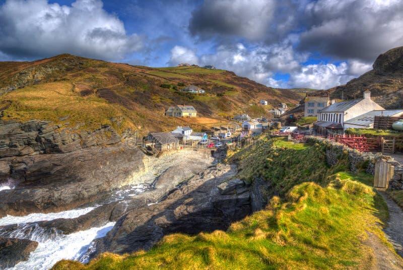 Trebarwith trådCornwall England UK kust- by i färgglade HDR royaltyfria foton