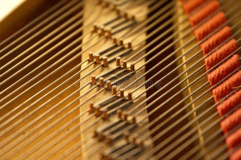 Treble Strings op Grand Piano stock afbeeldingen