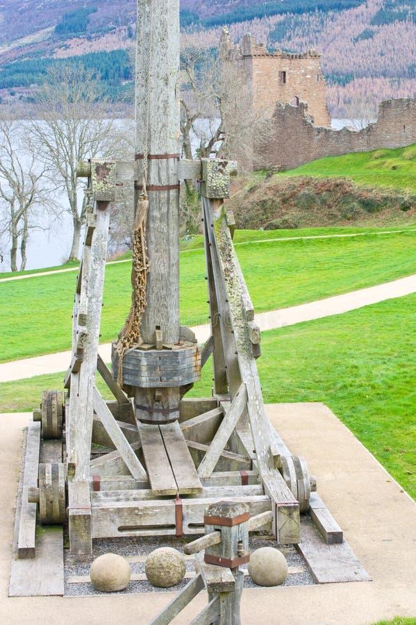 Trebuchet no castelo de Urquhart. fotografia de stock
