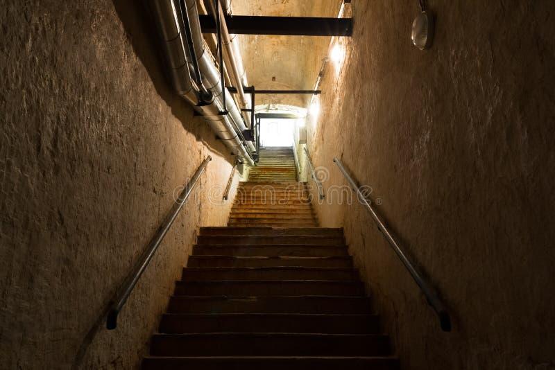 Trede in de kelder, een oud industrieel gebouw stock afbeeldingen