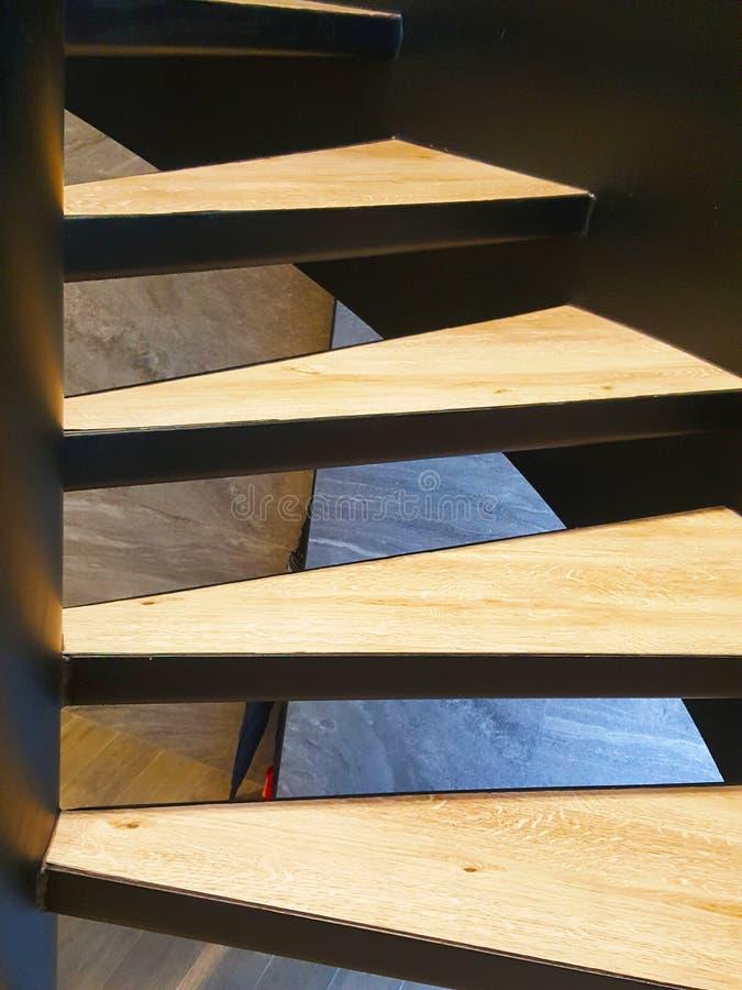 Trede van modern hout wordt gemaakt dat stock afbeelding
