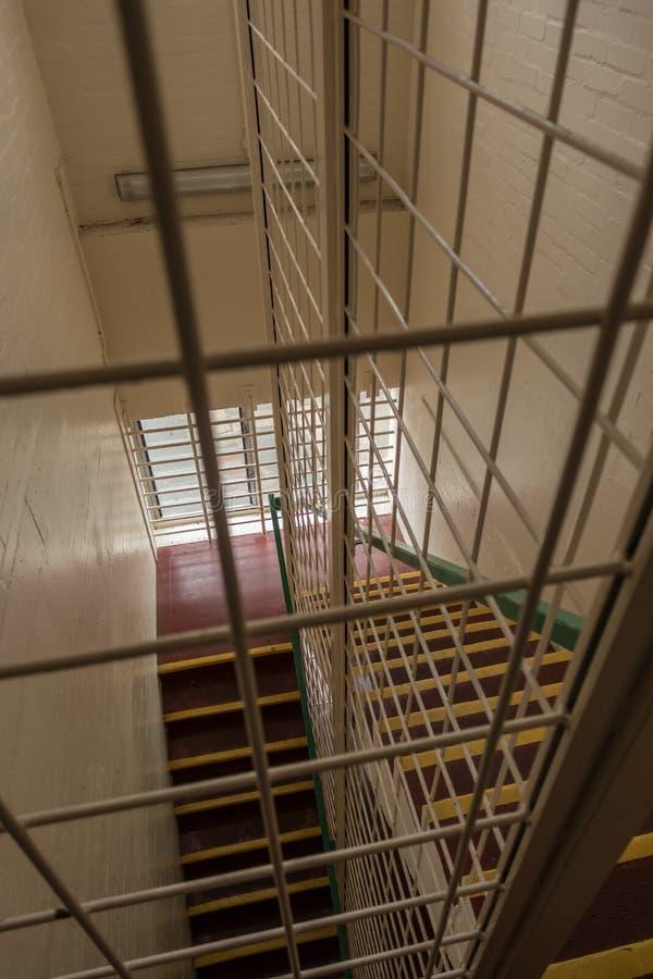 Tredegeval met veiligheidskooi in HMP Shrewsbury, een verlaten gevangenis stock foto's