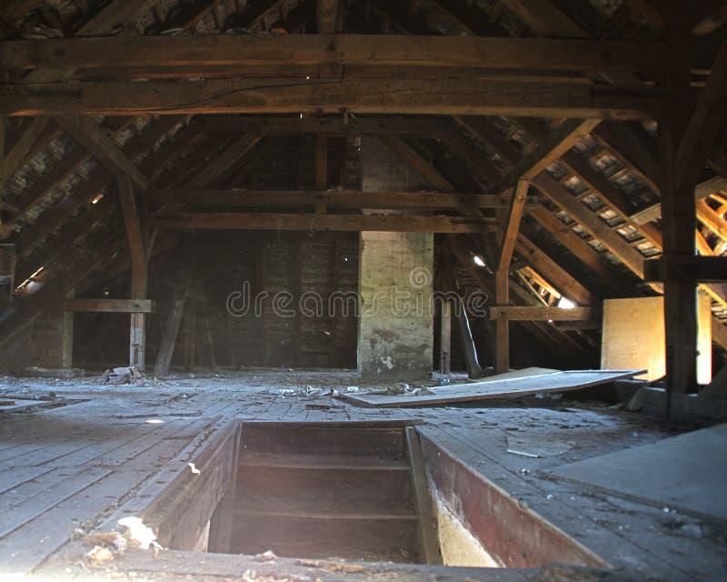 Treden aan de oude houten zolder stock afbeeldingen