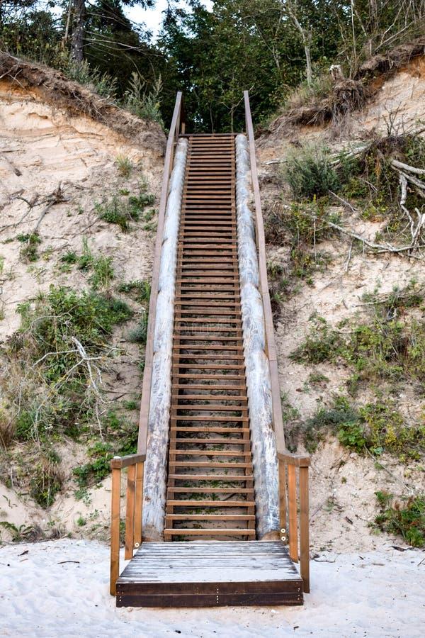 Treden aan de steile kust bij de Oostzee in Jurkalne stock foto's
