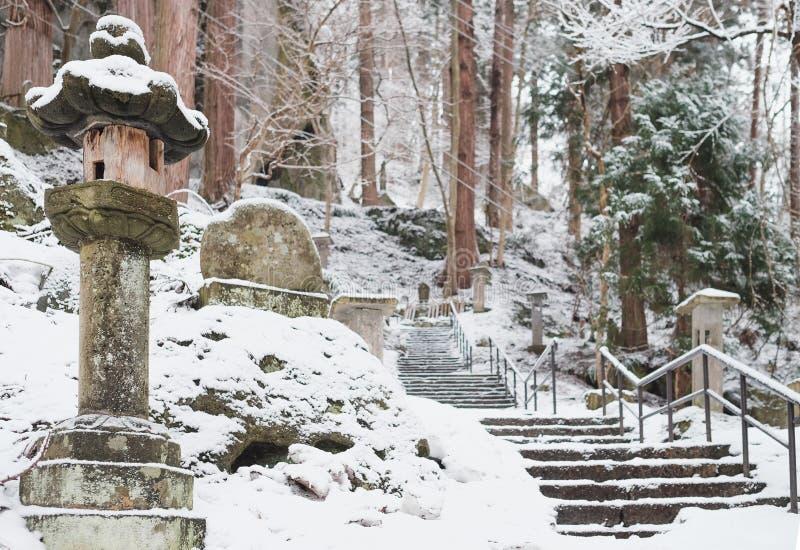 Treden aan yamaderaheiligdom in sneeuwval stock afbeelding