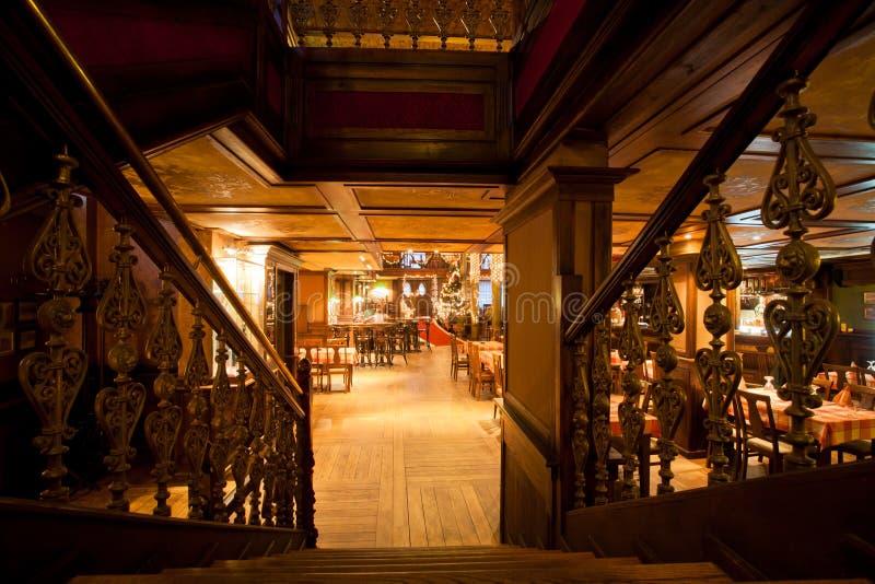 Treden binnen de bar Sarajevska Pivara Pivnica bij de belangrijkste stadsbrouwerij in Sarajevo royalty-vrije stock fotografie