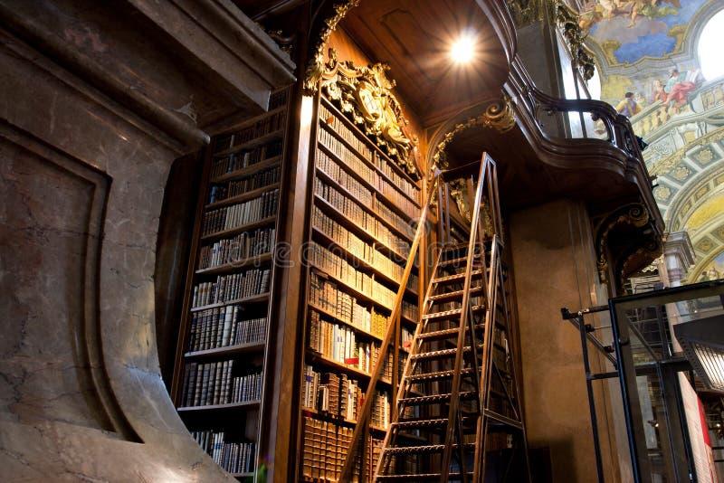 Treden dichtbij de lange boekenkast binnen grote Aus royalty-vrije stock afbeelding