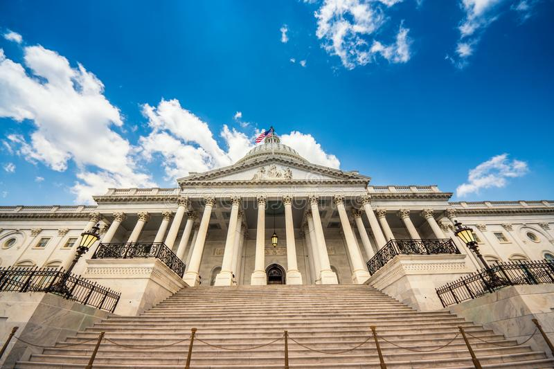 Treden die aan het het Capitoolgebouw van Verenigde Staten leiden in Washington DC - de Voorgevel van het Oosten van het beroemde royalty-vrije stock afbeeldingen