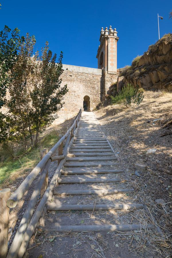 Treden die naar Alcantara-brug in Toledo stijgen stock afbeeldingen
