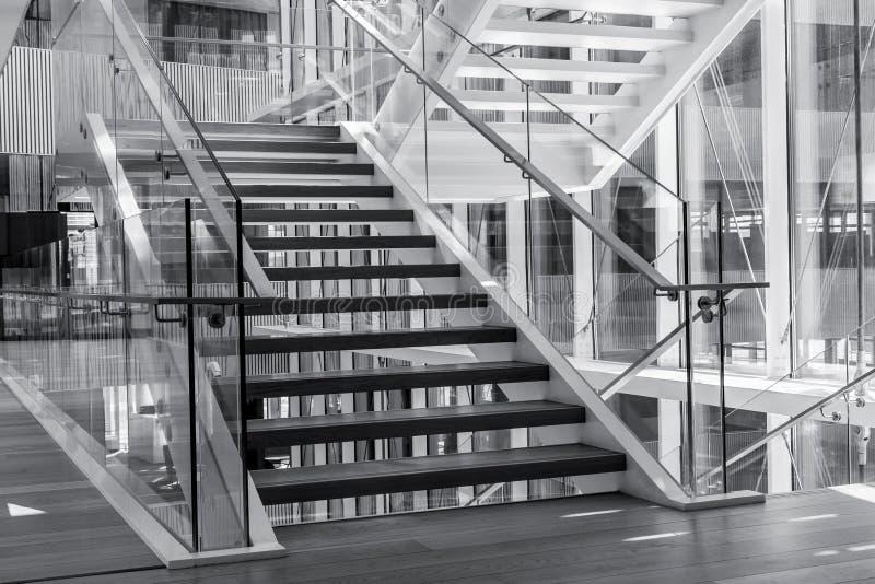 Treden in een modern architectuurgebouw stock fotografie