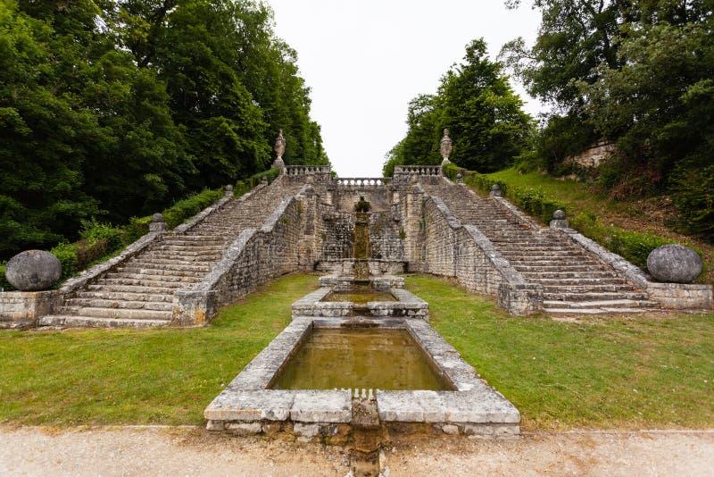Treden in het kasteel van La Roche Courbon stock foto's