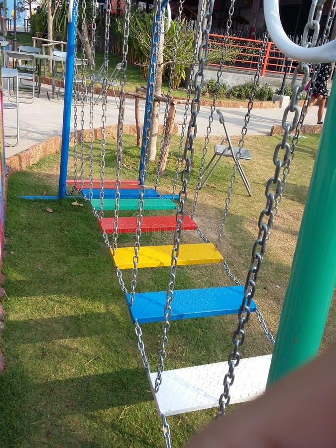 Treden Kleurrijke speelplaats voor de tijden van het gelukjonge geitje stock afbeelding