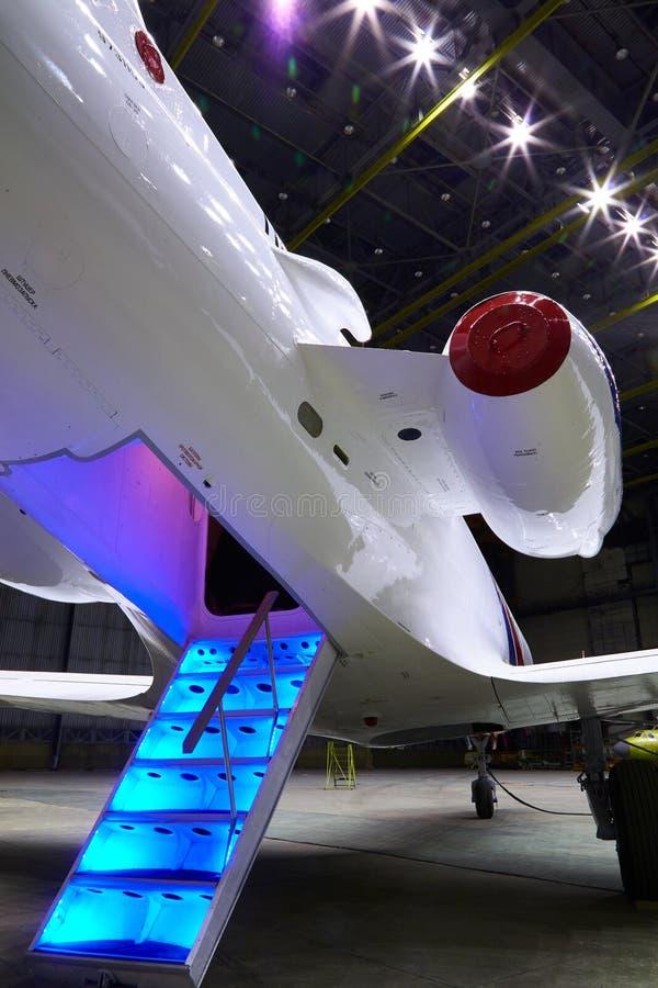 Treden met Jet Engine op een moderne privé jet royalty-vrije stock fotografie