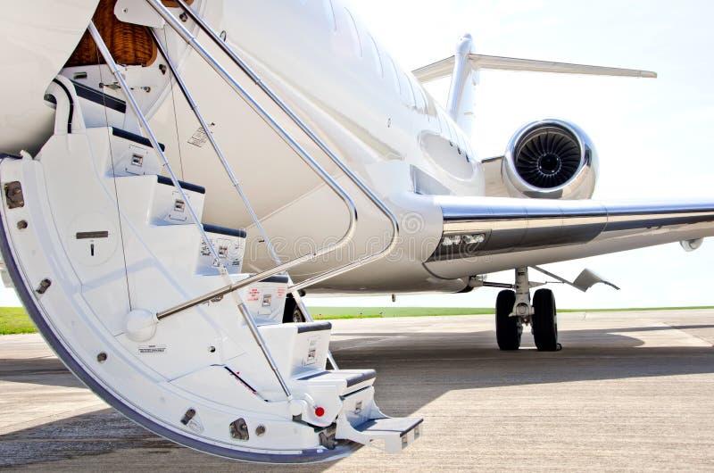 Treden met straalmotor op een privé vliegtuig - Bombardier stock afbeeldingen