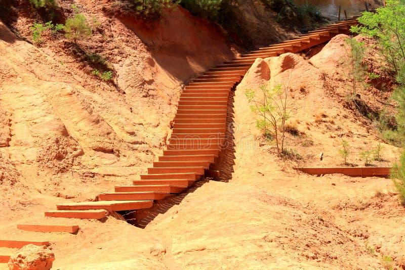 Treden in oker gekleurd landschap, Roussillon, Frankrijk stock fotografie