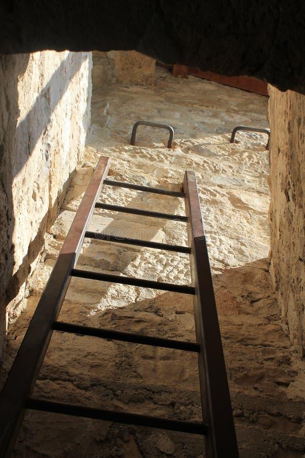 Treden van een donkere kerker in de piraatvesting van omisha Kroatië stock afbeeldingen