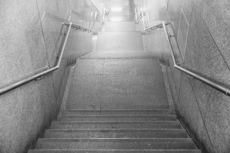 Treden van een toegang tot een ondergrondse tunnel, detail van treden F royalty-vrije stock foto's
