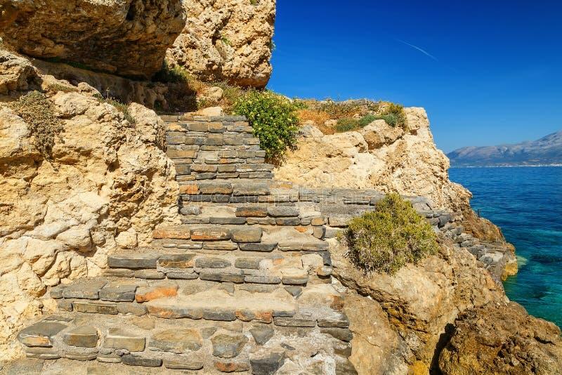 Treden van steen op kust van het Eiland Kreta Griekenland worden gemaakt dat royalty-vrije stock afbeeldingen