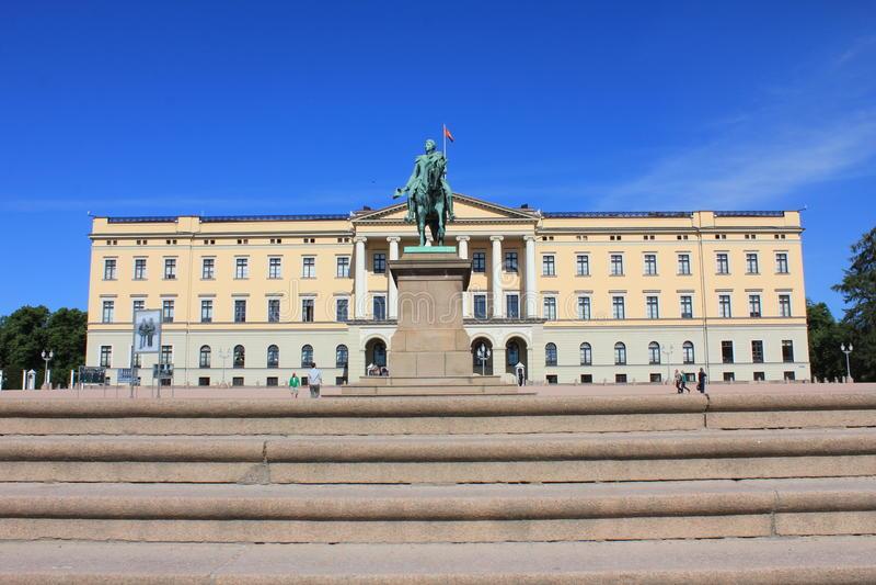 Treden voor Royal Palace in Oslo, Noorwegen, Scandinavië stock afbeeldingen