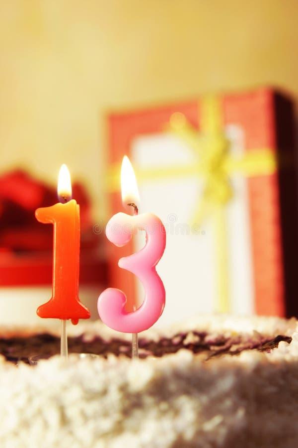 Tredici anni Torta di compleanno con le candele burning fotografie stock