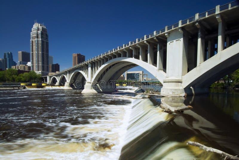Tredje avenybro ovanför helgonet Anthony Falls. Minneapolis Minnesota, USA royaltyfri bild