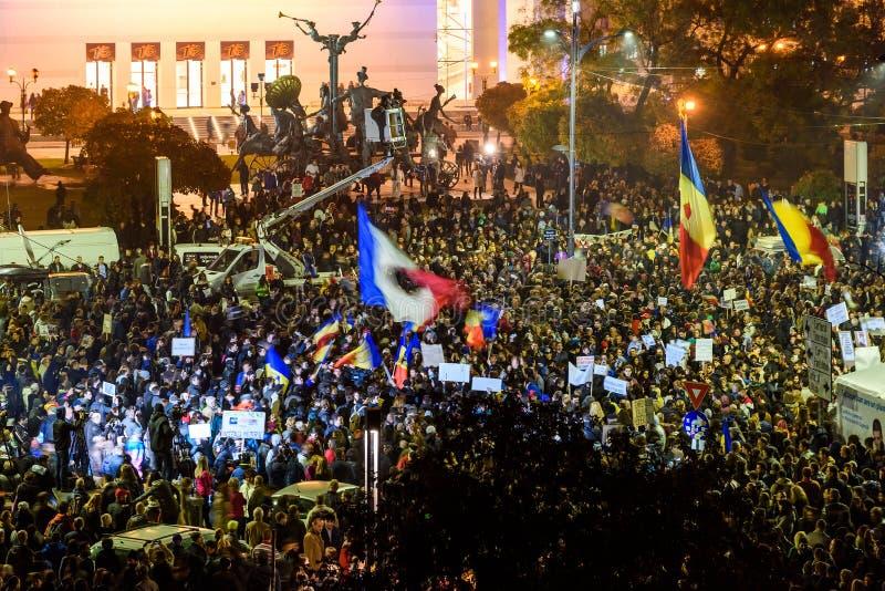 Tredje dag av protesten i det fyrkantiga universitetet och i Front Of National Theater Against korruption och rumänsk regering royaltyfri bild