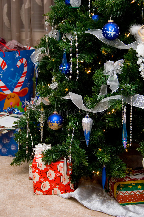 Free Tree And Gifts Royalty Free Stock Image - 418026