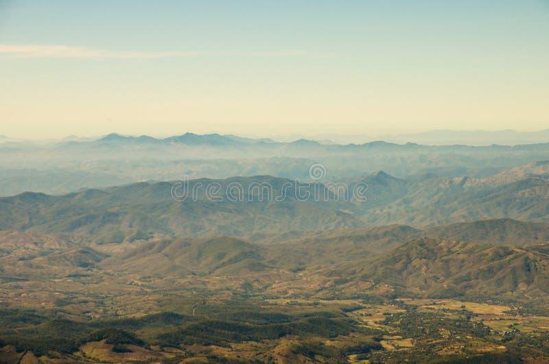 Treeless гора в пасмурном дне стоковые фото