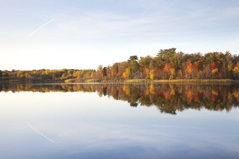 Treeline auf dem ruhigen nördlichen Minnesota-See im Herbst bei Sonnenuntergang lizenzfreie stockfotografie