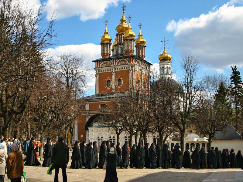 Treenighet-Sergius Lavra, processionen av präster royaltyfri bild