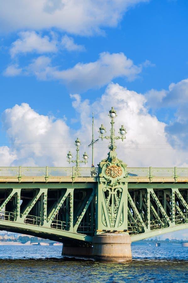 Treenighetbro - basculebro över Nevaen i St Petersburg, Ryssland, closeup av detaljer arkivfoto