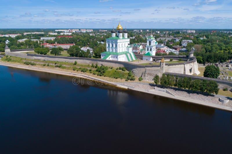 Treenighetdomkyrka i den Pskov Kreml, solig Juli eftermiddagflygfotografering pskov russia royaltyfri fotografi