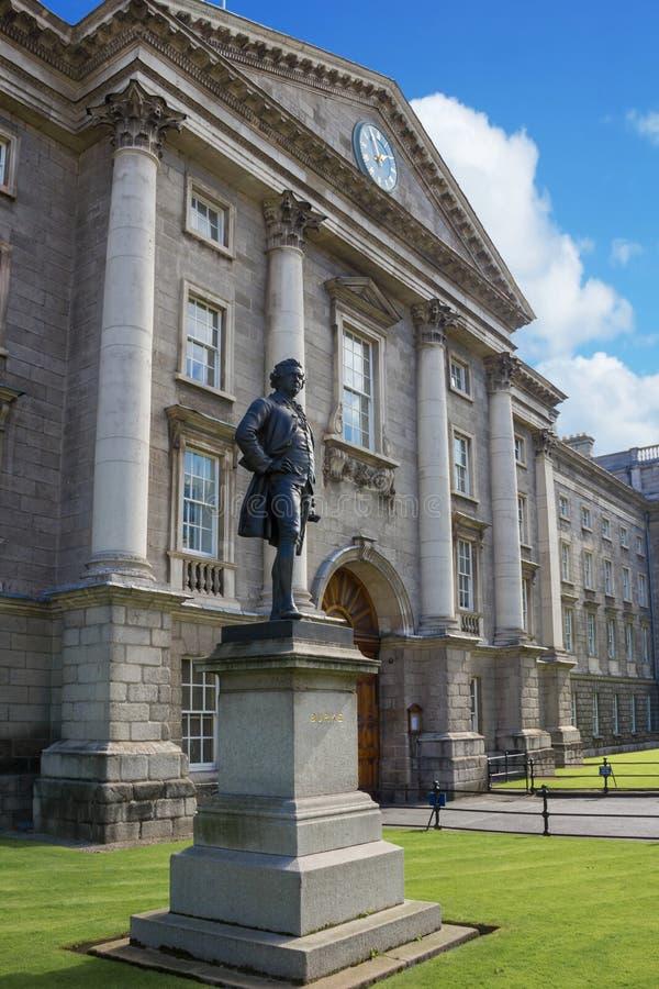 Treenighethögskola ingång dublin ireland arkivfoton