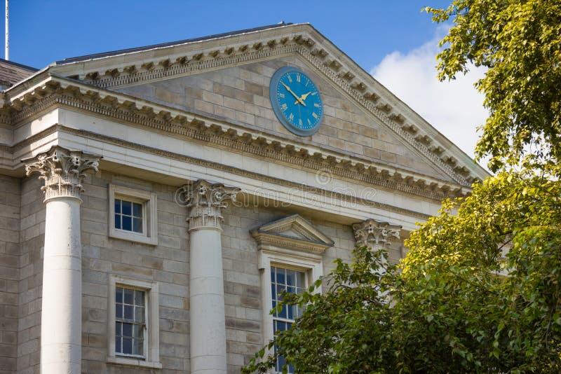 Treenighethögskola Regent House klocka dublin ireland royaltyfri bild