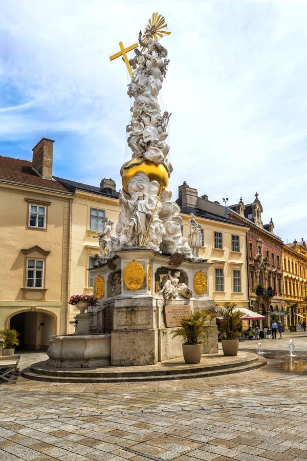 Treenighetkolonn på Hauptplatz i den Baden beien Wien arkivfoton