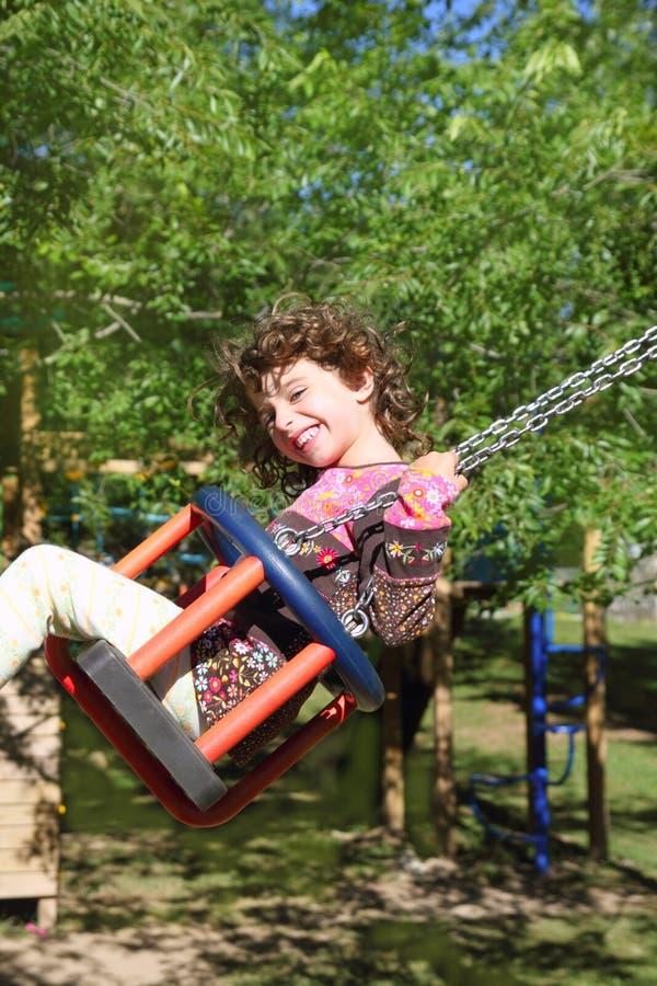 trees för lycklig utomhus- swing för flicka sväng arkivfoto