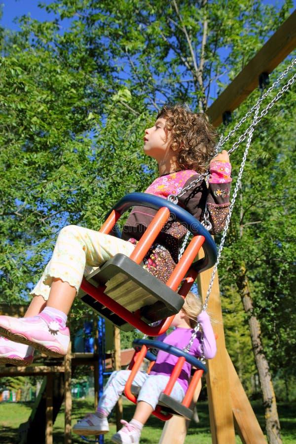 trees för lycklig utomhus- swing för flicka sväng arkivbild