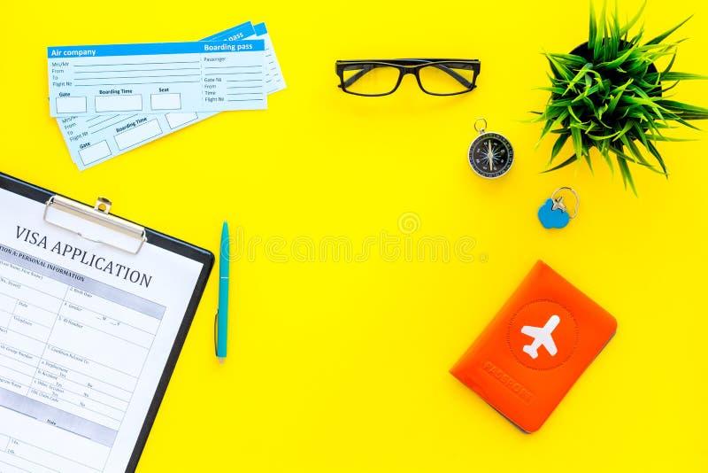 Tref over te halen voorbereidingen Controleren Vliegtuigkaartjes dichtbij paspoortdekking met vliegtuigsilhouet, visumaanvraagvor stock foto's