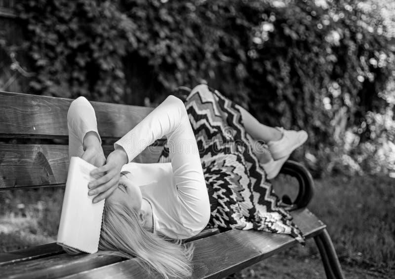 Tref voorbereidingen want het testvrouw vermoeide gezicht onderbreking het ontspannen in het boek van de tuinlezing neemt Damestu stock afbeelding