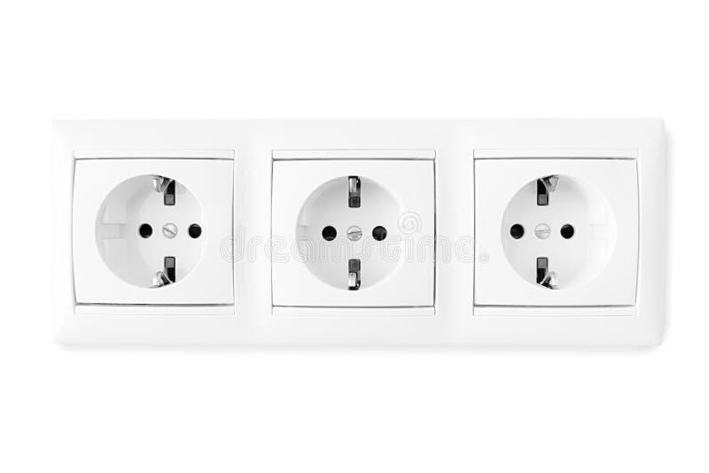 Trefaldigt elektriskt uttag som isoleras med urklippbanan royaltyfri bild