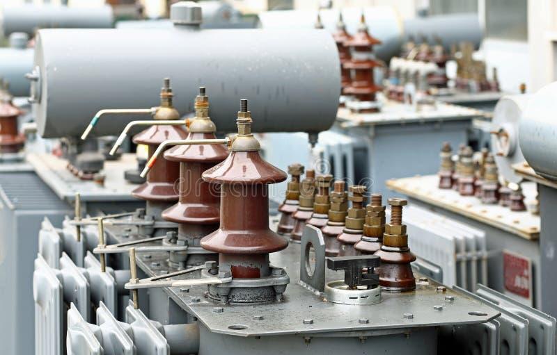 Trefasaktuella transformatorer i industriellt lager arkivfoton