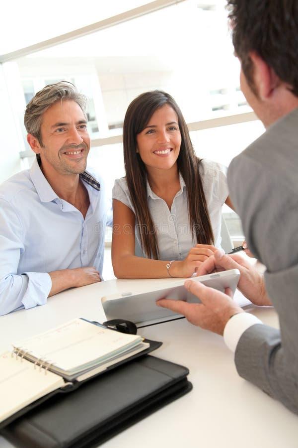 Treffen in der Immobilienfirma lizenzfreie stockfotos