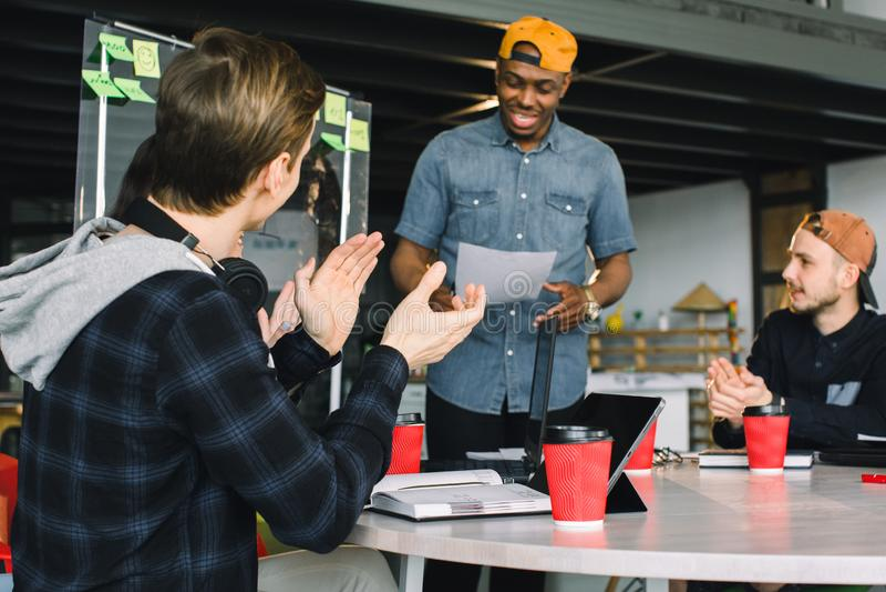 Treffen des Unterhaltungsdiskussions-Brainstorming-Kommunikations-Konzeptes Afroamerikanergeschäftsmann beim Freizeitkleidungshal stockfotografie