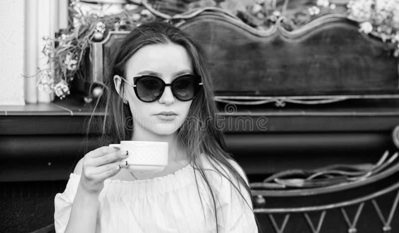: Treffen im Caf? Guten Morgen Fr?hst?ckszeit Das M?dchen in einem wei?en Hausmantel mit einem Tasse Kaffee Wartedatum Stilvolle  stockbilder