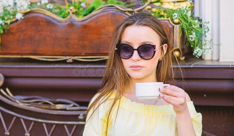 : Treffen im Caf? Guten Morgen Fr?hst?ckszeit Das M?dchen in einem wei?en Hausmantel mit einem Tasse Kaffee Wartedatum Stilvolle  lizenzfreie stockbilder