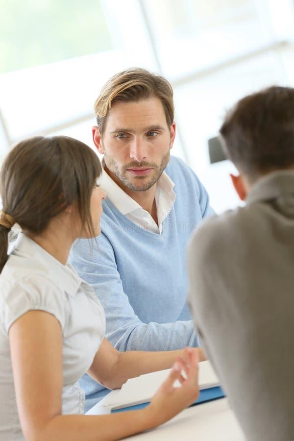 Treffende und besprechende Geschäftsleute stockbild