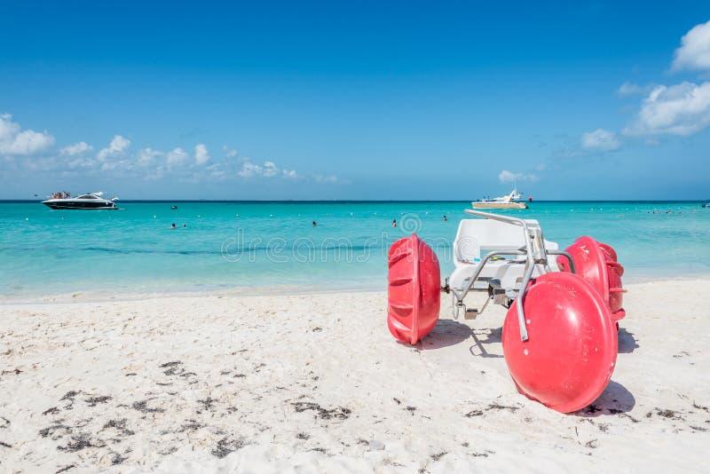 Trehjuling på den Isla Mujeres stranden, tropiskt paradis som är karibiskt Mig royaltyfria foton